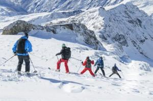 Fasten im Schnee mit Skifahren und Schneeschuhwandern