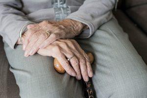 Hände einer alten Frau im Schoß
